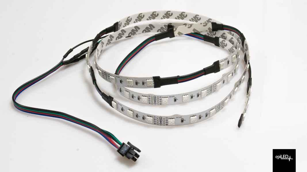 Odcinki różnej długości taśmy RGB połączone ze sobą przewodem + przewód z konektorem